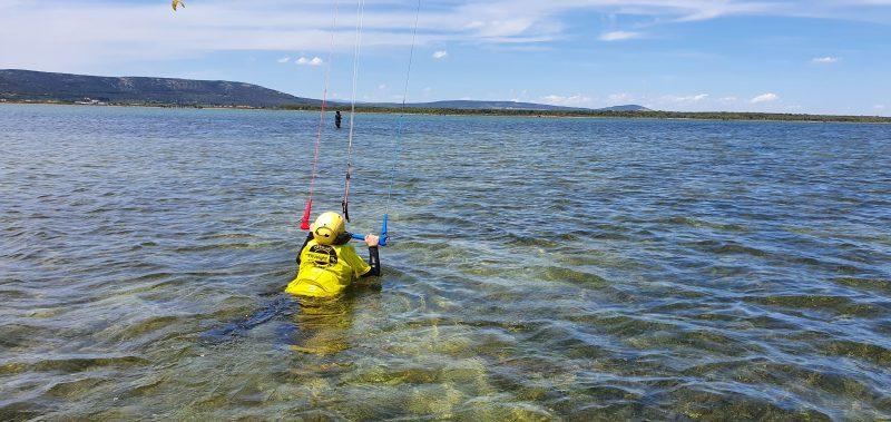 Un élève s'exerce à la nage tractée