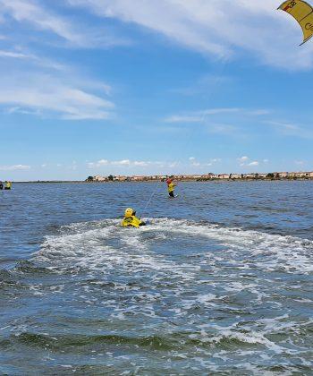 Cours de Kitesurf Enfant : un élève apprend la nage tractée