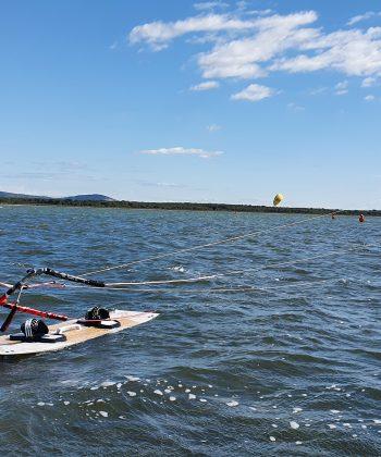 Un ado en cours de kitesurf