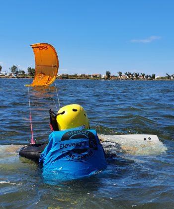 Cours de Kitesurf Ados : un élève s'entraine au waterstart