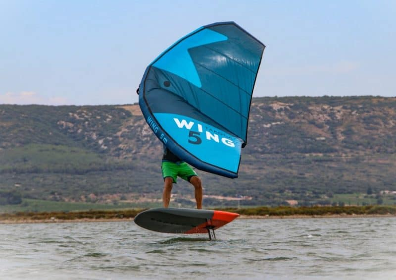Le Wing Foil permet de voler au dessus de l'eau.