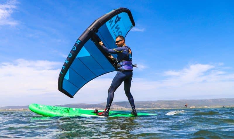 Un rider en Wing Surf sur l'étang d'Ingril