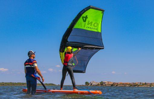 Un élève tire ses premiers bords en Wing Surf