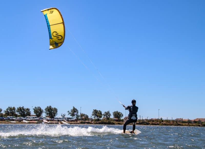 Une session kite surf sur l'étang d'Ingril avec le Tiki Center à Frontignan Plage