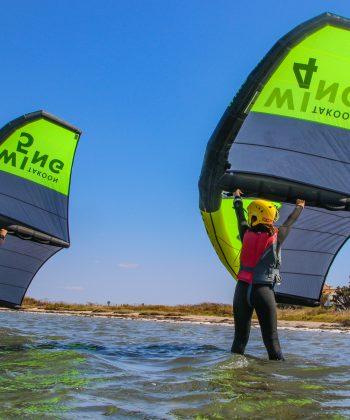 Des enfants débutent en wing surf