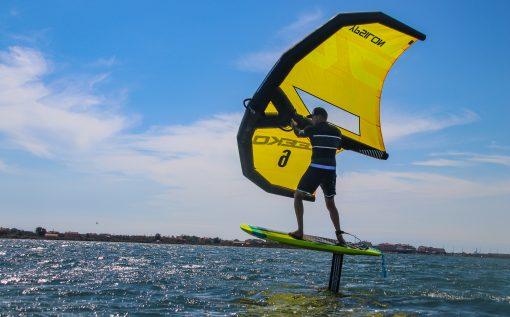 Apprentissage du wing foil, pour voler au-dessus de l'eau.