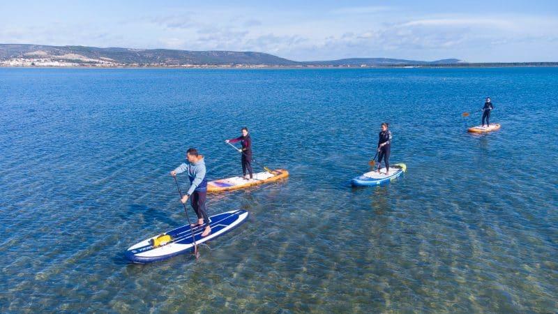 Des vacancières découvrent l'étang d'Ingril à l'occasion d'une balade paddle.